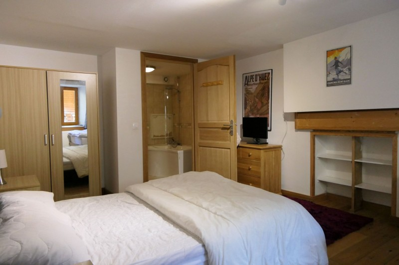 chalet-bronziers-chambre-salle-de-bain-56831